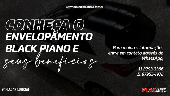 A imagem mostra um carro com o teto com envelopamento black piano.