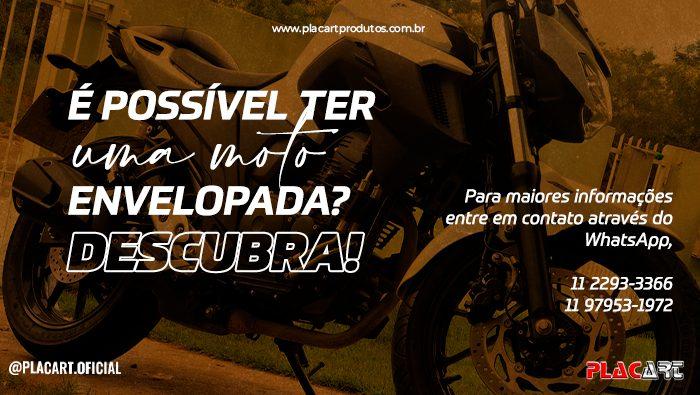 A imagem mostra uma moto envelopada.
